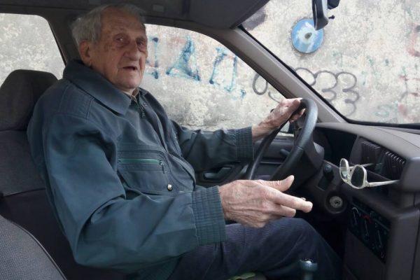 Deda Ljuba (92) vozi automobile 74 godine